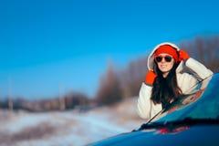 De Vakantiemeisje die van de de wintertoerist zich naast Haar Auto bevinden royalty-vrije stock foto