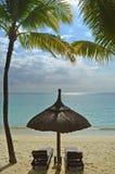 De Vakantieoverzees van Sunbeds van het strand Tropische Paradijs Royalty-vrije Stock Foto