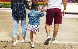 De Vakantiepark van de familievakantie het Lopen Samenhorigheidsconcept Stock Afbeeldingen