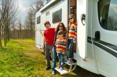 De vakantiereis van de familie in motorhome Royalty-vrije Stock Afbeeldingen