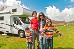 De vakantiereis van de familie in motorhome royalty-vrije stock afbeelding