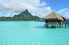De vakantietoevlucht van de luxe overwater op Bora Bora Stock Afbeelding