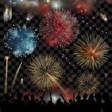 De vakantieviering met vuurwerk toont bij nacht, silhouet van mensen die op een feestelijke vuurwerkvertoning, reeks letten van v Stock Fotografie