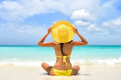 De vakantievrouw die van het de zomerstrand zon van vakantie genieten