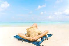 De de Vakantievrouw van het de zomerstrand ontspant op het strand in vrije tijd stock fotografie