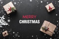 De vakjes en de decoratie van de Kerstmisgift op donkere lijst Kerstmisachtergrond, hoogste mening met exemplaarruimte Stock Foto