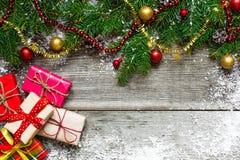De vakjes van de Kerstmisgift met decoratie op houten lijst Royalty-vrije Stock Afbeelding