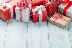 De vakjes van de Kerstmisgift op houten lijst Stock Afbeeldingen