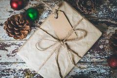 De vakjes van de Kerstmisgift op houten lijst Royalty-vrije Stock Afbeeldingen