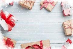De vakjes van de Kerstmisgift op houten lijst Stock Afbeelding
