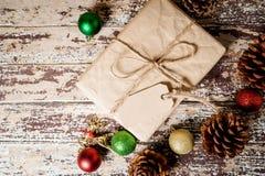 De vakjes van de Kerstmisgift op houten lijst Stock Foto's