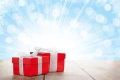 De vakjes van de Kerstmisgift op houten lijst met bokeh Stock Afbeelding