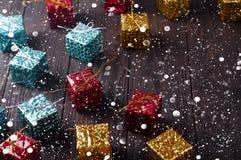 De vakjes van de Kerstmisgift op houten lijst met sneeuw Royalty-vrije Stock Fotografie