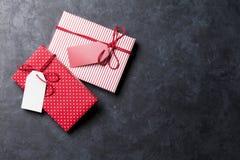 De vakjes van de Kerstmisgift op steenlijst Royalty-vrije Stock Foto's