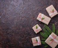 De vakjes van de Kerstmisgift in ambachtdocument Stock Foto's