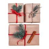 De vakjes van de Kerstmisgift in ambachtdocument worden op witte bedelaars wordt geïsoleerd verpakt die Stock Afbeeldingen