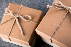 De vakjes van de Kerstmisgift bruin verpakkend document Stock Foto