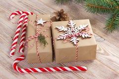 De vakjes van de Kerstmisgift en sparrentak op houten lijst Hoogste mening met exemplaarruimte Royalty-vrije Stock Foto's