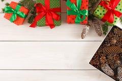 De vakjes van de Kerstmisgift, hoogste mening op houten lijstachtergrond Stock Fotografie