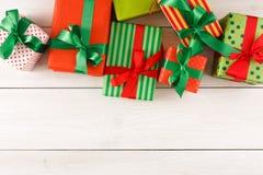 De vakjes van de Kerstmisgift, hoogste mening op houten lijstachtergrond Royalty-vrije Stock Foto