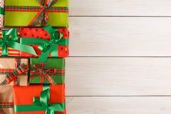 De vakjes van de Kerstmisgift, hoogste mening op houten lijstachtergrond Stock Afbeelding