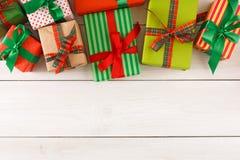 De vakjes van de Kerstmisgift, hoogste mening op houten lijstachtergrond Royalty-vrije Stock Afbeeldingen