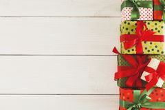 De vakjes van de Kerstmisgift, hoogste mening op houten lijstachtergrond Royalty-vrije Stock Fotografie