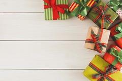 De vakjes van de Kerstmisgift, hoogste mening op houten lijstachtergrond Royalty-vrije Stock Afbeelding