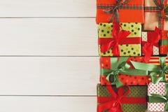 De vakjes van de Kerstmisgift, hoogste mening op houten lijstachtergrond Stock Foto