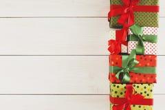 De vakjes van de Kerstmisgift, hoogste mening op houten lijstachtergrond Stock Afbeeldingen