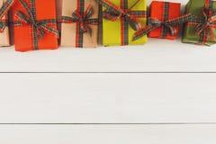 De vakjes van de Kerstmisgift, hoogste mening op houten lijstachtergrond Royalty-vrije Stock Foto's