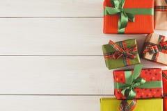 De vakjes van de Kerstmisgift, hoogste mening op houten lijstachtergrond Stock Foto's