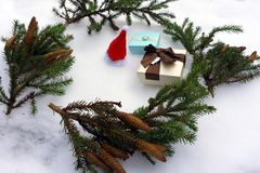 De vakjes van de Kerstmisgift in kraftpapier-document en nette takken op snow-covered achtergrond Royalty-vrije Stock Afbeelding
