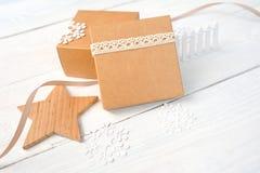 De vakjes van de Kerstmisgift met een houten ster met ruimte voor uw tekst model op witte houten achtergrond Royalty-vrije Stock Afbeelding
