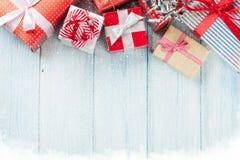 De vakjes van de Kerstmisgift op houten lijst Stock Foto