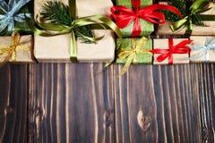 De vakjes van de Kerstmisgift op houten lijst met exemplaarruimte Stock Foto