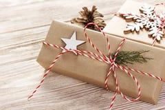 De vakjes van de Kerstmisgift op houten lijst met sneeuwvlok Hoogste mening met exemplaarruimte Stock Afbeeldingen