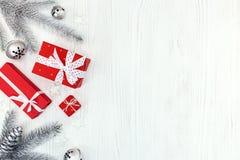 De vakjes van de Kerstmisgift op houten witte lijst Royalty-vrije Stock Afbeelding