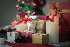 De vakjes van de Kerstmisgift op lijst voor achtergrond Stock Afbeeldingen
