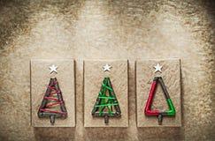 De vakjes van de Kerstmisgift op verfrommeld uitstekend document Stock Fotografie