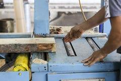De vaklieden snijden een stuk van hout bij een houtbewerkingsfabriek in Griekenland Royalty-vrije Stock Foto