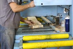 De vaklieden snijden een stuk van hout bij een houtbewerkingsfabriek in Griekenland Stock Afbeelding
