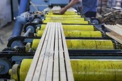De vaklieden snijden een stuk van hout bij een houtbewerkingsfabriek in Griekenland Stock Foto's