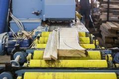 De vaklieden snijden een stuk van hout bij een houtbewerkingsfabriek in Griekenland Stock Afbeeldingen
