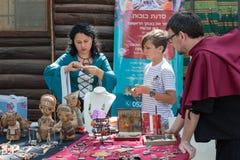 De vakman toont hoe te om tot een ketting bij het festival ` te maken de Ridders van Jeruzalem ` in Jeruzalem, Israël Royalty-vrije Stock Foto