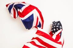 De val van de Verenigde Staten en Groot-Brittannië Dalende vlaggen o Royalty-vrije Stock Afbeeldingen