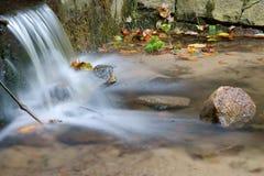 De val van het water van een kreek Stock Fotografie