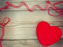 De valentijnskaart` s dag van de hartliefde op houten achtergrond Stock Foto