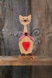 De valentijnskaarten houden van Houten Cat Shape With Red Heart-Decoratie Stock Foto