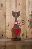 De valentijnskaarten houden van Houten Cat Shape With Red Heart-Decoratie Stock Foto's